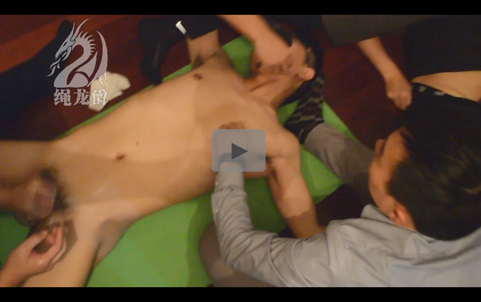 【外人ゲイ動画】アジア系の1人の男が3人の男に体を押さえつけられながら手コキで潮吹きをさせられるww