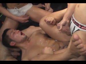 【乱交ゲイ動画】イカニモ系が大量のザーメンをぶっかけられ続けながらアナルセックスを堪能しちゃうww