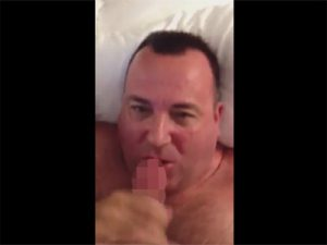 【外人ゲイ動画】巨漢の白人が勃起チンコを嬉しそうに舐め続けてチンコの味を堪能しちゃうww