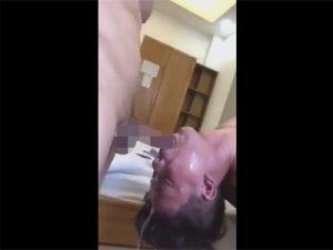 【無修正ゲイ動画】頭を逆さにしている男がチンコを口の中にひたすら突っ込まれて顔射や口内射精をされちゃうww