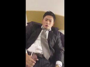 【無修正ゲイ動画】スーツ姿の男が自分の指を好きな人のチンポだと思い込みながら指フェラしてオナニーww
