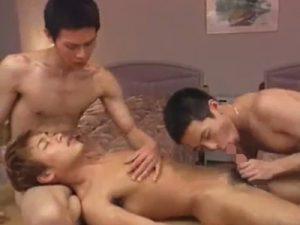 【無修正ゲイ動画】茶髪のスリ筋が2人の男に犯され続けてチンコをしゃぶりあってからアナルセックスをしちゃうww