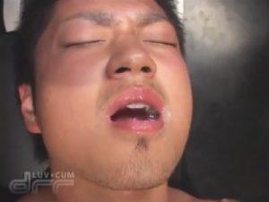 【無修正ゲイ動画】汁男優の精液は口でキャッチ…ザーメン中毒のイケメンの口まんこは痰壺と化すww