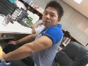 【乱交ゲイ動画】いつも配達に来るムキムキの爽やか配達員を睡眠薬で昏睡させ誰もいないオフィスでアナルセックスww