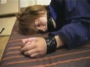 【レイプゲイ動画】茶髪のイケメンがゴーグルマンに捕らえられて緊縛されてレイプされまくりアナルセックスで犯され続けるww