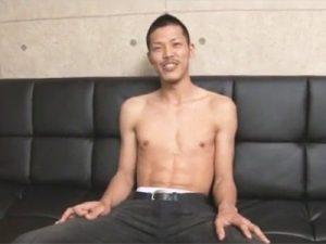 【素人ゲイ動画】体育会系のマッチョの素人がプロの男に手コキやフェラチオをしてもらっちゃうww