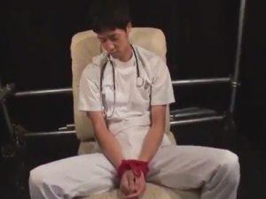【レイプゲイ動画】医師の男が睡眠薬を飲まされて連れていかれるとゴーグルマンにレイプされてアナルを犯されるww