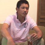 【素人ゲイ動画】10代の坊主の素人の男が全裸でオナニーをした後にプロの男にアナルスティックを挿入されながら絶頂するww