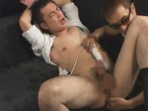 【セックスゲイ動画】ネクタイで緊縛された男がゴーグルマンに電マで犯された後に正常位でアナルセックスさせられるww