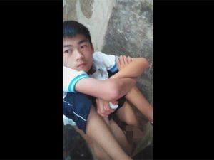 【無修正ゲイ動画】中国人の男がトイレでおしっこをしている姿を見せてくれるww