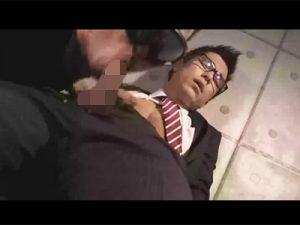 【フェラチオゲイ動画】メガネをかけたサラリーマンの男が乳首舐めをされながらフェラチオされ続けるww