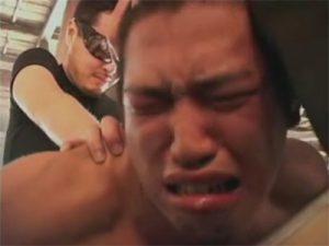 【レイプゲイ動画】埃臭い廃屋でガチムチ体育会系のラガーマンが怪しいグラサン集団に輪姦されて半泣きに…ww