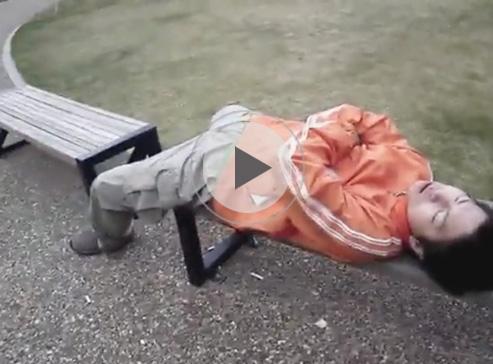 【無修正ゲイ動画】ホモの痴漢が窓を開け車で眠るノンケや公園のベンチで居眠り中のノンケにバレないようにペニスを触るww