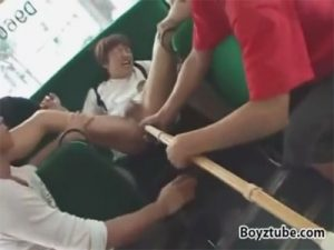 【レイプゲイ動画】バスで剣道部の学生を輪姦…竹刀やチンポでアナルバージンを奪い欲尿プレイまで…ww