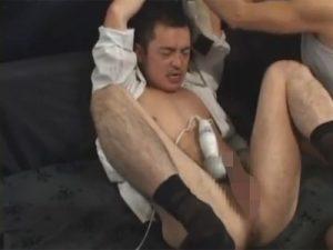 【セックスゲイ動画】細身のスーツ姿の男がネクタイで拘束されてからアナルセックスで犯されてしまうww